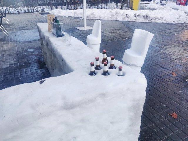 Bar de hielo en la explanada frente al restaurante Eiffel, en el barrio madrileño de Aluche, a 15 de enero de 2021.