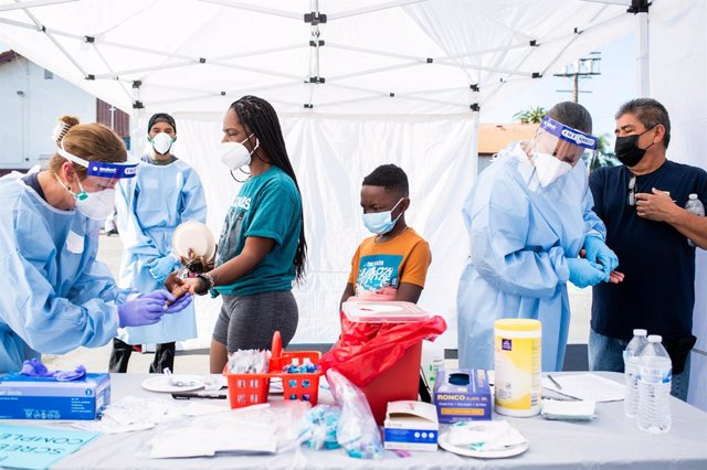 18 January 2021, US, Los Angeles: Health workers take blood samples from people for coronavirus (COVID-19) antibody test during the free testing of Shared Harvest Foundation and myCovidMD at Southside Church of Christ. Photo: Sarah Reingewirtz/Orange Coun