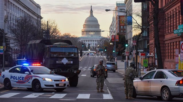 19 January 2021, US, Washington: Police and National Guard soldiers stop vehicles at a checkpoint near the US Capitol Building on the day before the inauguration ceremonies for President-elect Joe Biden, amid threats of violent events taking place. Photo: