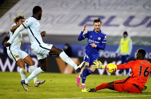 19 January 2021, United Kingdom, Leicester: Leicester City's James Maddison (2nd R) scores his side's second goal during the English Premier League soccer match between Leicester City and Chelsea at the King Power Stadium. Photo: Tim Keeton/PA Wire/dpa