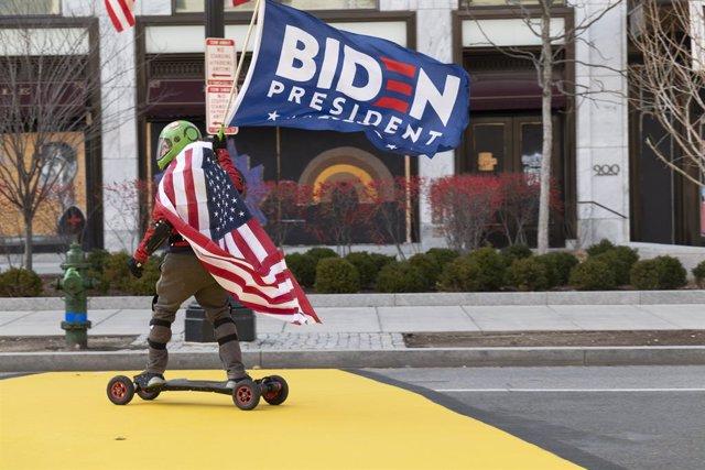 18 January 2021, US, Washington: A supporter of President-elect Joe Biden on his motorized skateboard passes through Black Lives Matter Plaza in Washington ahead of the upcoming inauguration on 20 January 2021. Photo: Brian Branch Price/ZUMA Wire/dpa