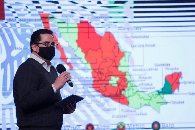 El director de Epidemiología del Ministerio de Salud de México, José Luis Alomía, en conferencia de prensa.