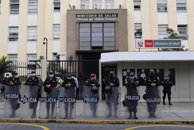 Un grupo de agentes de la Policía de Perú custodiando la entrada del Ministerio de Salud durante las últimas protestas por la gestión de la pandemia.