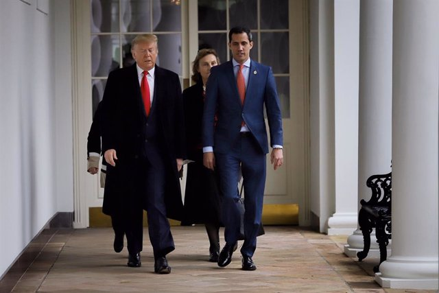 HANDOUT - 05 February 2020, US, Washington: Apicture provided by the press office of the Venezuelan opposition leader and self-appointed interim president Juan Guaido, shows the US President Donald Trump (L) receives Guaido (R) at the White House. (Best