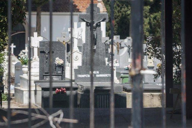 Entrada del Cementerio Municipal de Ciempozuelos desde la que se ve varias tumbas, durante la cuarta semana del estado de alarma decretado por el Gobierno por la crisis del coronavirus, en Ciempozuelos/Madrid (España) a 8 de abril de 2020.