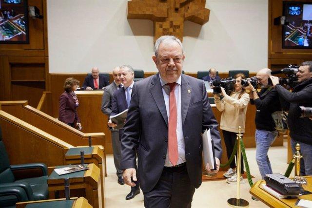 El consejero de Hacienda y Economía del Gobierno Vasco, Pedro Azpiazu, se dirige  a la tribuna en el Parlamento Vasco