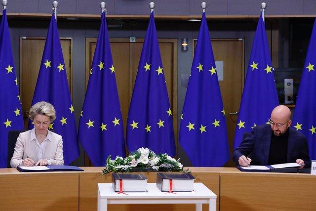 La presidenta de la Comisión Europea, Ursula von der Leyen, junto al presidente del Consejo Europeo, Charles Michel