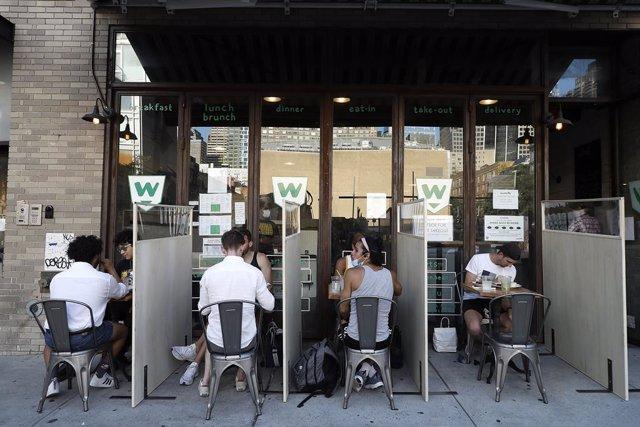 Personas comiendo en un restaurante en Nueva York durante la pandemia de coronavirus