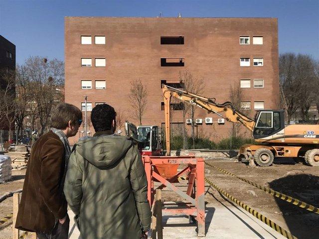 La cooperativa de viviendas Llar Jove coloca la primera piedra del edificio de coviviendas en Sants-Montjuïc (Barcelona).
