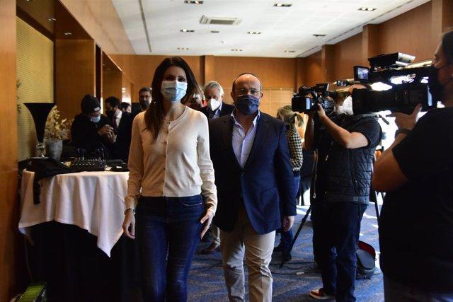La número 2 de la llista del PP a les eleccions catalanes i exportaveu de Cs a Catalunya, Lorena Roldán (e), acompanyada del president del PP a Catalunya, Alejandro Fernández (d). Catalunya (Espanya), 30 de desembre del 2020.