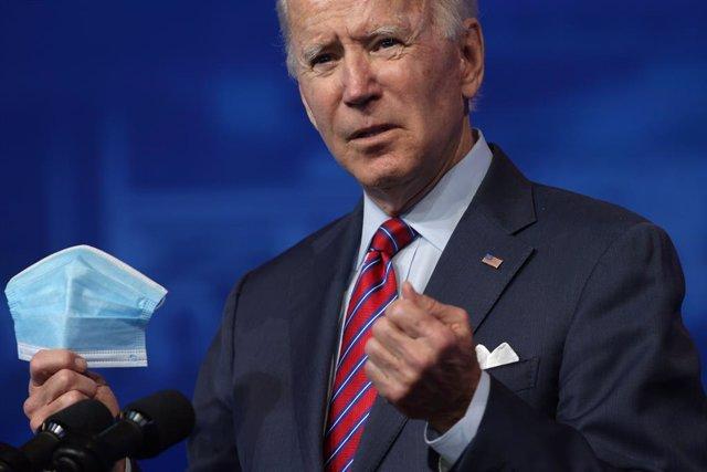 Joe Biden con una mascarilla