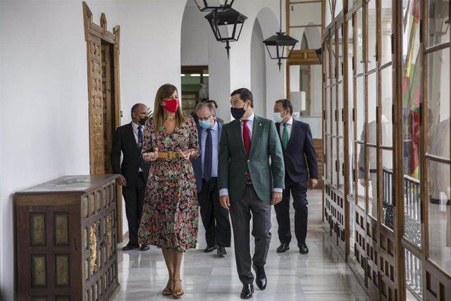 La alcaldesa de Osuna en el Ayuntamiento durante una visita al mismo del presidente de la Junta