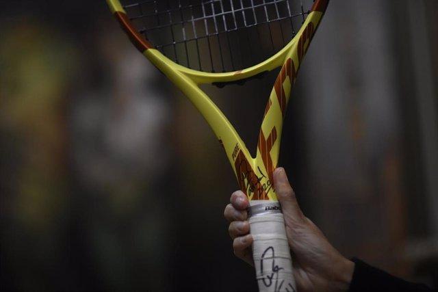 Una persona muestra una raqueta, una de las piezas que forman parte de la subasta benéfica que realizará en la Casa de Subastas de Arte y Joyas Ansorena a favor de la Fundación Real Madrid, en Madrid (España), a 23 de octubre de 2020. El próximo 4 de novi