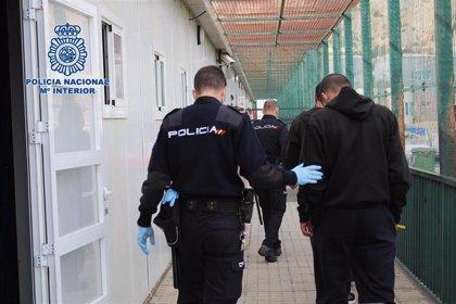 Aisladas 46 personas de tres pateras tras detectar dos positivos en Covid-19 a su llegada al puerto de Almería