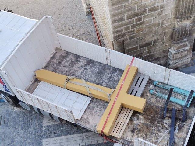 La cruz de Aguilar, ya desmontada y cargada en un camión, en una imagen de archivo.