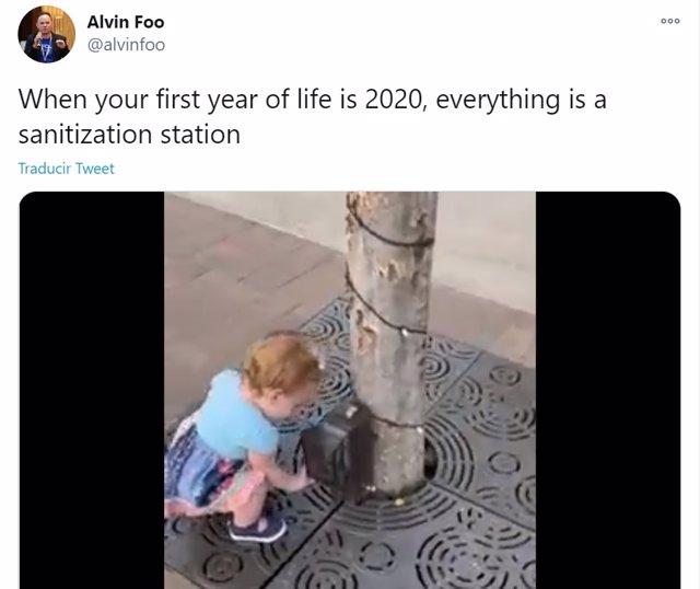 Las redes sociales caen rendidas a la naturalidad con la que una niña pequeña cree que todo es un dispensador de gel hidroalcohólico