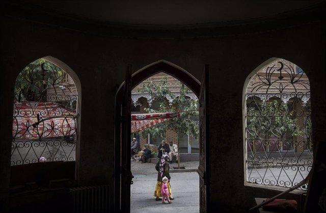 Una mujer uigur en la ciudad de Kashgar, en la región de Xinjiang.