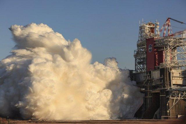 Imagen de la prueba con encendido completo de motores de la etapa central del cohete SLS