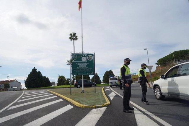 Control policial en uno de los accesos a Ayamonte (Huelva), en una imagen de archivo.