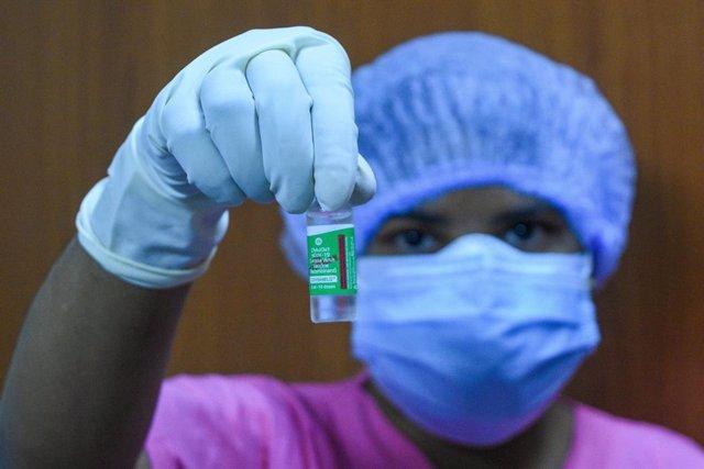 Una sanitaria muestra la vacuna COVISHIELD, una de las aceptadas de emergencia por el Gobierno indio.