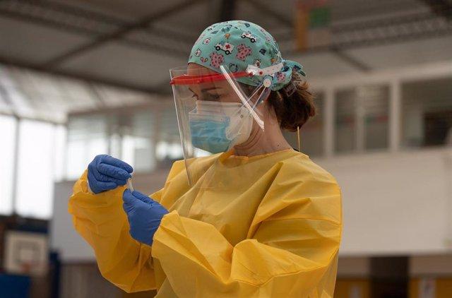 Una sanitaria atiende a una mujer durante las pruebas de cribado.