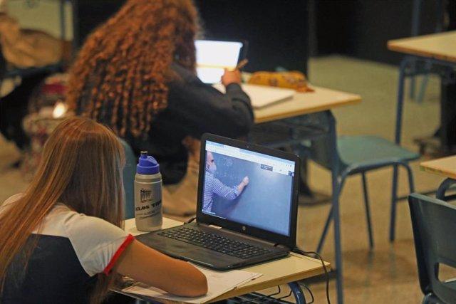 Alumnos atiende desde su ordenador clases virtuales. Archivo