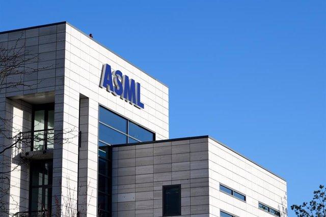 Logo de ASML en las oficinas de la empresa.
