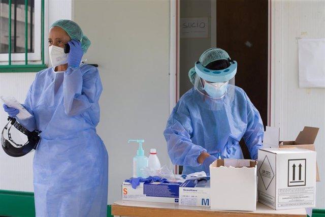 Dos sanitarias preparan pruebas PCR en Monforte de Lemos (Lugo).