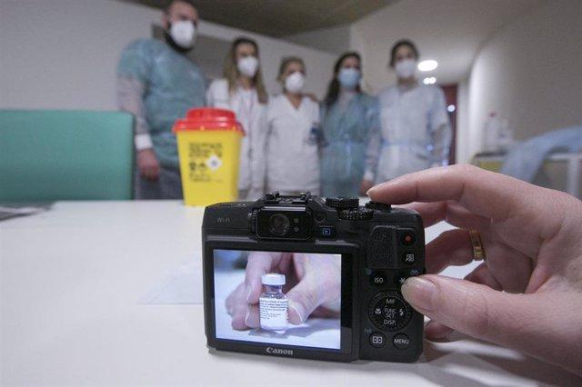 Una cámara fotografía al equipo de vacunación del área sanitaria V que ha administrado la segunda dosis de la vacuna Pfizer-BioNTech contra el coronavirus en el Centro Polivalente de Recursos Residencia Mixta de Gijón, Asturias, a 18 de enero de 2021.