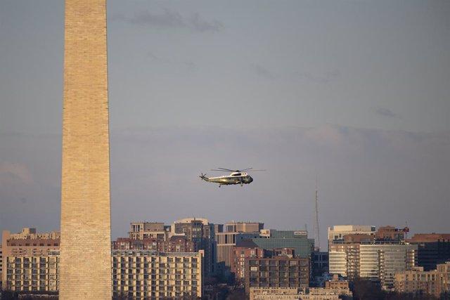 El helicóptero Marine One vuela hacia la Casa Blanca
