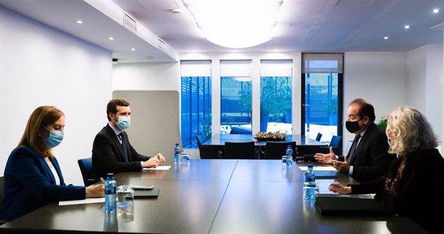 El líder del PP, Pablo Casado, se reúne con el director general de Pfiezer en España, Sergio Rodríguez. Le acompaña la vicesecretaria de Política Social del PP, Ana Pastor. En Madrid, a 20 de enero de 2021.