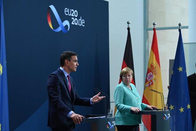 El presidente del Gobierno, Pedro Sánchez, y la canciller de Alemania, Angela Merkel, en Berlín el 14 de julio de 2020