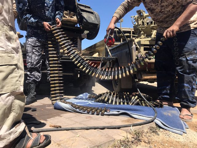 Milicianos de un grupo de Misrata en los combates en los alrededores de la capital de Libia, Trípoli