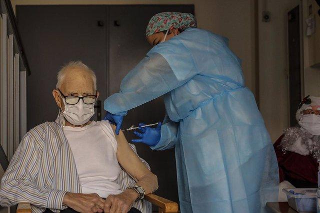 Vas batre Martí, intern de la residència de majors Verge del Miracle de Rafelbunyol (València), de 81 anys, ha sigut la primera persona a rebre la vacuna enfront de la Covid-19 a la Comunitat