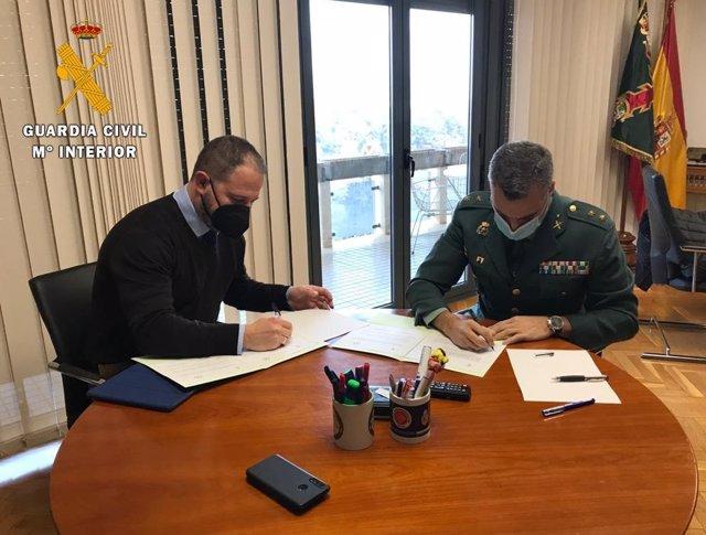 El teniente coronel jefe de la Comandancia de la Guardia Civil de Huesca, Francisco Pulido Catalán y el presidente del Colegio Oficial de Farmacéuticos de Huesca, Ángel Más Farré, han firmado un acuerdo de colaboración