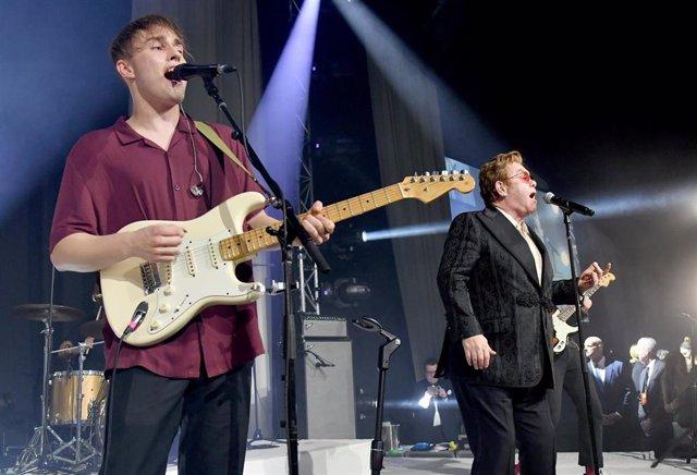 Sam Fender and Elton John actuando