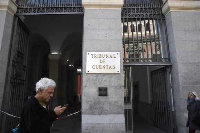 Un hombre pasa por la puerta principal del edificio del Tribunal de Cuentas en la Calle Fuecarral , número 81 de Madrid (España).