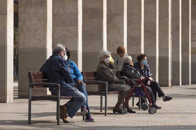Varios ancianos sentados en un banco de la Gran Vía durante el segundo día de confinamiento perimetral por la crisis del Covid-19, en Logroño, La Rioja, (España), a 24 de octubre de 2020. La Rioja se encuentra desde el pasado viernes, 23 de octubre, con r