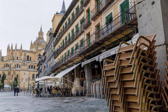 La terraza de un bar en Segovia, Castilla y León (España)