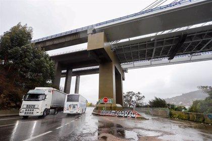 Un elevador se desprende bajo el puente de Rande por el temporal