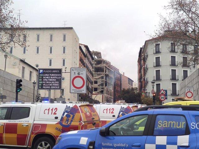 Ambulancias del Summa 112 y vehículos del Samur Social momentos posteriores a una fuerte explosión registrada la calle Toledo que ha hundido tres plantas de un edificio, en Madrid, (España), a 20 de enero de 2021. La explosión se ha producido minutos ante