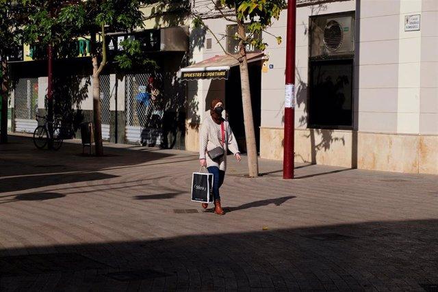Una persona pasea en un día soleado en Melilla, a 17 de enero de 2021.