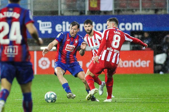 EIBAR, SPAIN - JANUARY 18: Sergi Enrich of Eibar and Saul Niguez, of Atletico de Madrid fight for the ball during La Liga  football match,  played between Eibar and Atletico de Madrid at Ipurua stadium on January 18, 2020 in Eibar, Guipuzcoa, Spain.
