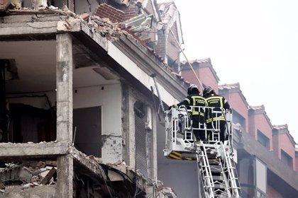 """Bomberos tienen """"controlada"""" la situación del edificio pero """"llevará tiempo"""" poder hacer reconocimiento"""