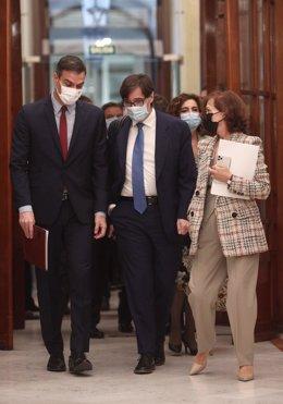 (I-D) El presidente del Gobierno, Pedro Sánchez; el ministro de Sanidad, Salvador Illa; y la vicepresidenta primera del Gobierno, Carmen Calvo; el 28 de octubre de 2020