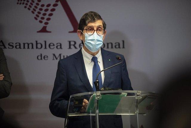 El consejero de Salud, Manuel Villegas, interviene durante una rueda de prensa en la que ha negado que vaya a dimitir por vacunarse de Covid-19 tanto él como funcionarios y altos cargos de la Consejería y del Servicio Murciano de Salud (SMS), en Cartagena