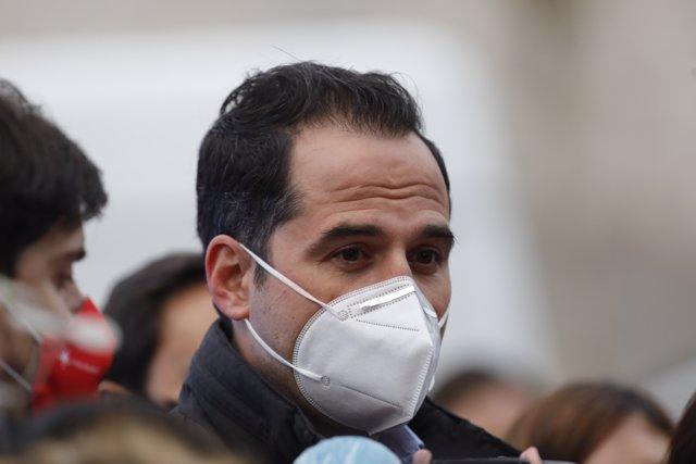 El consejero de Deportes, Transparencia y portavoz, Ignacio Aguado, en la zona cercana a la explosión