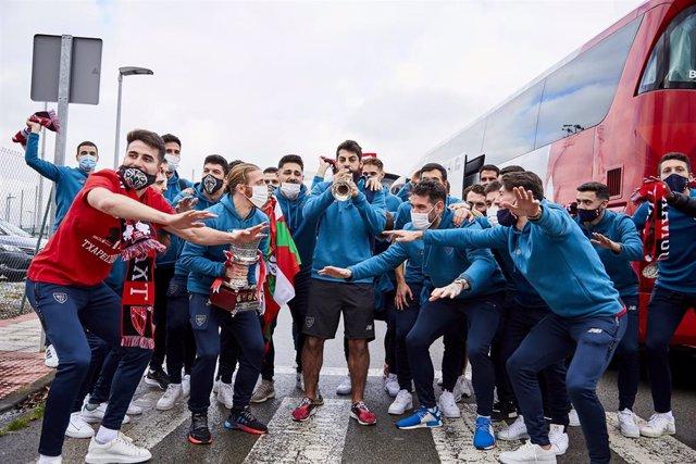 Asier Villalibre toca la trompeta en la llegada del Athletic a Bilbao tras conquistar la Supercopa de España