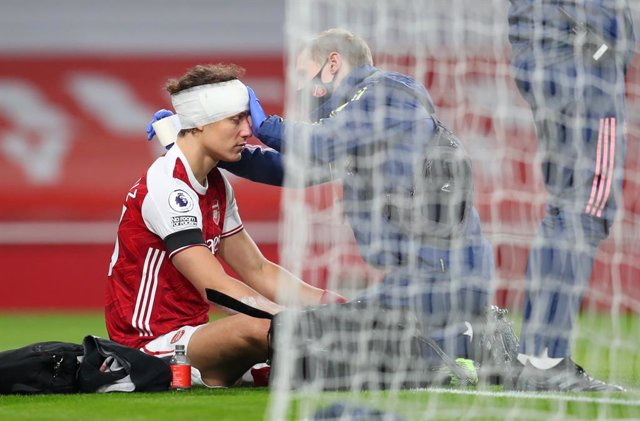 29 November 2020, England, London: Arsenal's David Luiz receives treatment after a clash of heads with Wolverhampton Wanderers' Raul Jimenez (not pictured) during the English Premier League soccer match between Arsenal and Wolverhampton Wanderers at the E