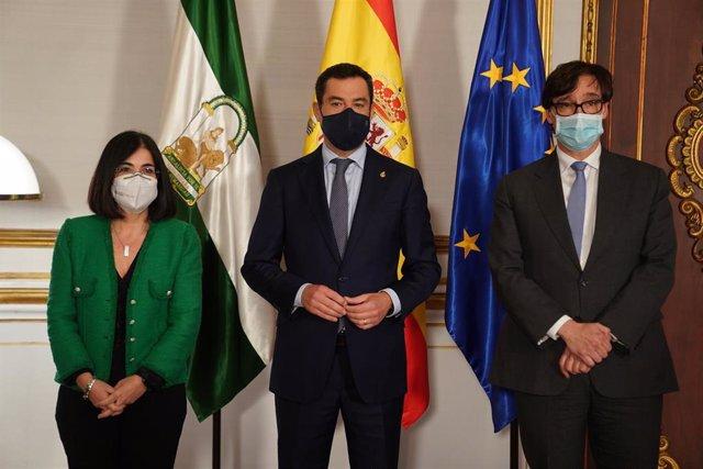El presidente de la Junta de Andalucía, Juanma Moreno (c) , recibe en el palacio de San Telmo al ministro de Salud  Salvador Illa (1d) y a la ministra de Política Territorial y Función Pública , Carolina Darías, antes de la reunión del Consejo Interterrit